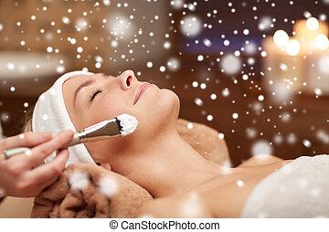 mulher, aplicando, máscara, rosto, esteticista, spa