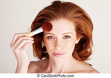 mulher, aplicando, pó, rosto