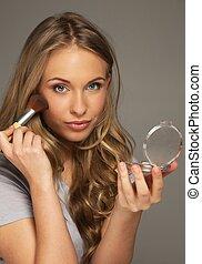 mulher, aplicando, positivo, jovem, cabelo longo, blushes