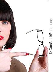 mulher aponta, óculos