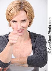 mulher, apontar dedo
