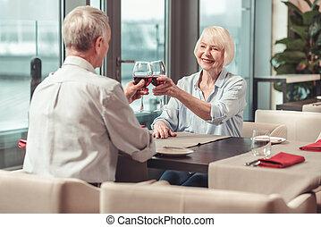mulher, aposentado, junto, bebendo, homem, vinho tinto