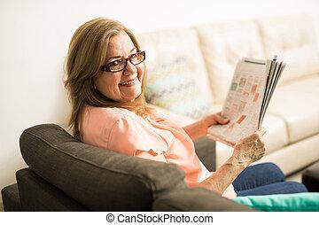 mulher, aposentado, segurando jornal, sênior, alegre