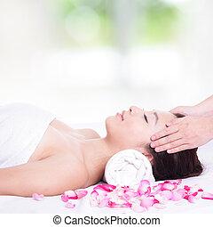 mulher, apreciar, rosto, e, massagem cabeça, em, spa