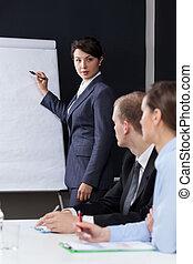 mulher, apresentando, companhia, dados