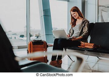 mulher, ar, caderno, usando, sorrindo, viajar, antes de