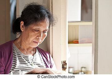 mulher, asiático, jornal, lar, leitura, 50s