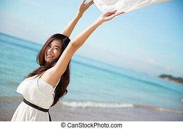 mulher asian, desfrutando, a, praia, com, braços abertos