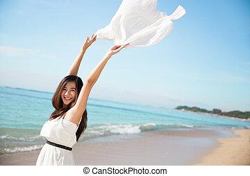 mulher asian, desfrutando, natureza, com, braços abertos