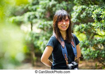 mulher asian, fotógrafo, em, natureza