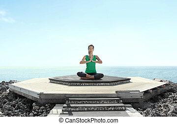 mulher asian, praia, fazendo, meditação