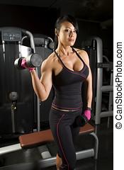 mulher asian, trabalhar, com, pesos, em, ginásio