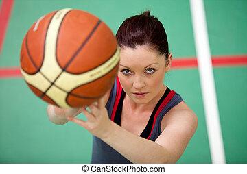 mulher, atlético, jovem, basket-ball, retrato, tocando