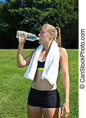 mulher, atlético, malhação, após, água, bebendo