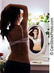 mulher, atraente, espelho