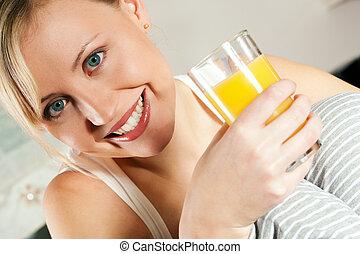 mulher, bebendo, orangejuice