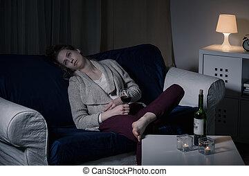 mulher, bebendo, sozinha
