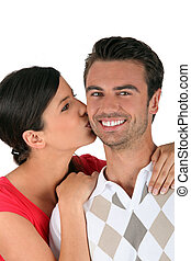 mulher, beijando, namorado, ligado, a, bochecha