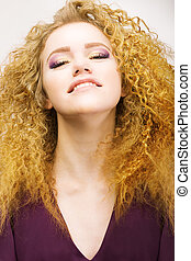 mulher, beleza, cabelo, crespo, bonito, youth., retrato, sorrizo, vermelho, closeup.