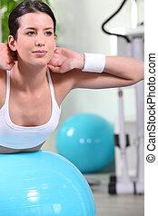 mulher, bola, exercício, mentindo