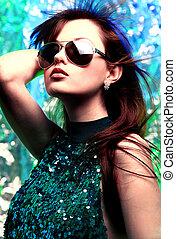mulher bonita, óculos de sol, glamour, moda, pretas, manicure, elegante