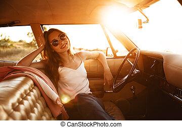 mulher bonita, óculos de sol, sentando, car, dentro, feliz