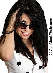 mulher bonita, óculos de sol, sobre, olhar, sorrindo