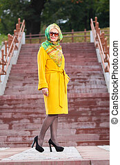 mulher bonita, agasalho, parque, amarela, passeios, trendy, sênior