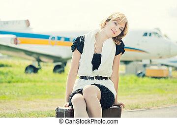 mulher bonita, antigas, sentando, contra, avião, mala