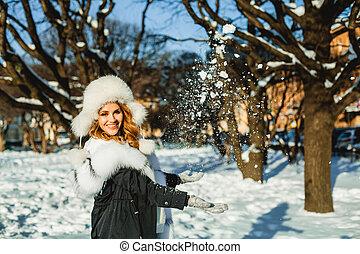 mulher bonita, ao ar livre, sorrindo, chapéu, branca