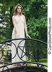 mulher bonita, ao ar livre, vestido, branca