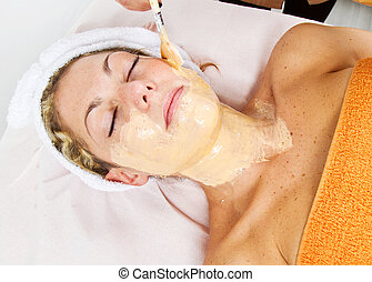 mulher bonita, aplicando, máscara, jovem, rosto, terapeuta, cosméticos, spa, usando, escova