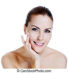 mulher bonita, aplicando, rosto, sorrir feliz, moisturizer,...