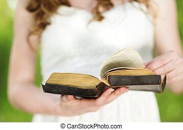 mulher bonita, bíblia