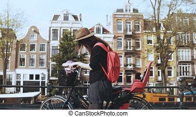 mulher bonita, bicicleta, turista, 4k., falando, telefone., conversa, cheerfully., europeu, senhora, sorrindo, amigo, feliz
