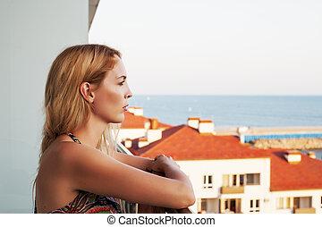 mulher bonita, building's, balkon, olha, mar
