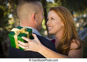 mulher bonita, câmbio, gift., jovem, militar, sorrindo,...