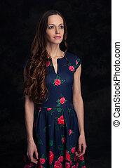 mulher bonita, cacheados, jovem, cabelo longo, vestido