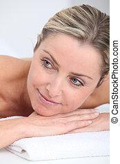 mulher bonita, cama, adulto, loura, massagem