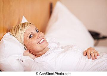 mulher bonita, cama, relaxante
