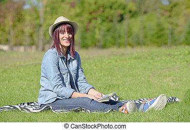mulher bonita, capim, jovem, sentando