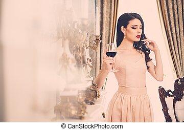 mulher bonita, casa, jovem, vidro, luxo, interior, lareira, vinho tinto