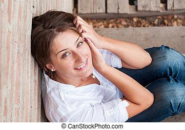 mulher bonita, cerca, natureza, jovem, posar