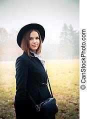 mulher bonita, chapéu, nevoeiro