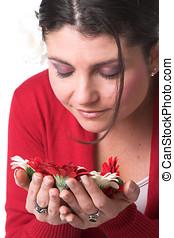 mulher bonita, cheirando, a, flores
