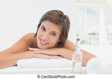 mulher bonita, cima, jovem, fim, retrato, tabela, massagem