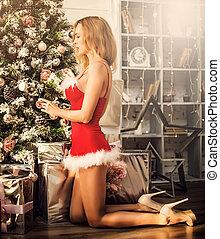 mulher bonita, claus, árvore, traje, santa, excitado, natal, decorar