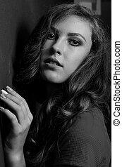 mulher bonita, com, cabelo escuro, e, noite, makeup., jóia, beauty., moda, photo., experiência preta, excitado, vestido vermelho