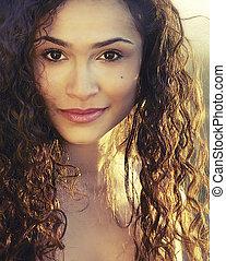 mulher bonita, com, cabelo ondulado