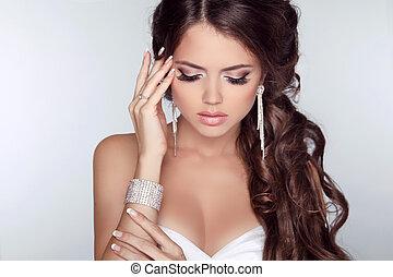 mulher bonita, com, cabelo ondulado, e, noite, maquiagem, isolado, ligado, cinzento, experiência., jóia, e, beauty., moda, foto